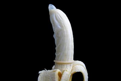 Mann bekommt Penis durchbohrt